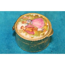 Limoges Enamel (20ᵉ century) Enamelled gold pillbox with a gallant scene on the lid