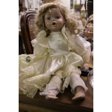 (20ᵉ century) Dolls Girls dressed in doll long blond hair and blue eyes dressed in nightwear