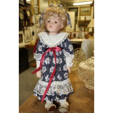 (20ᵉ century) Dolls Girls dressed in doll with short blond hair and brown eyes dressed in summer dress with bow in her hair