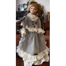 (20ᵉ century) porcelain composition Dressed doll with hat and music in perfect condition