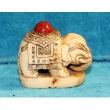 Asian (19ᵉ century) Deerhorn Okimono, elephant the back with red cabochon